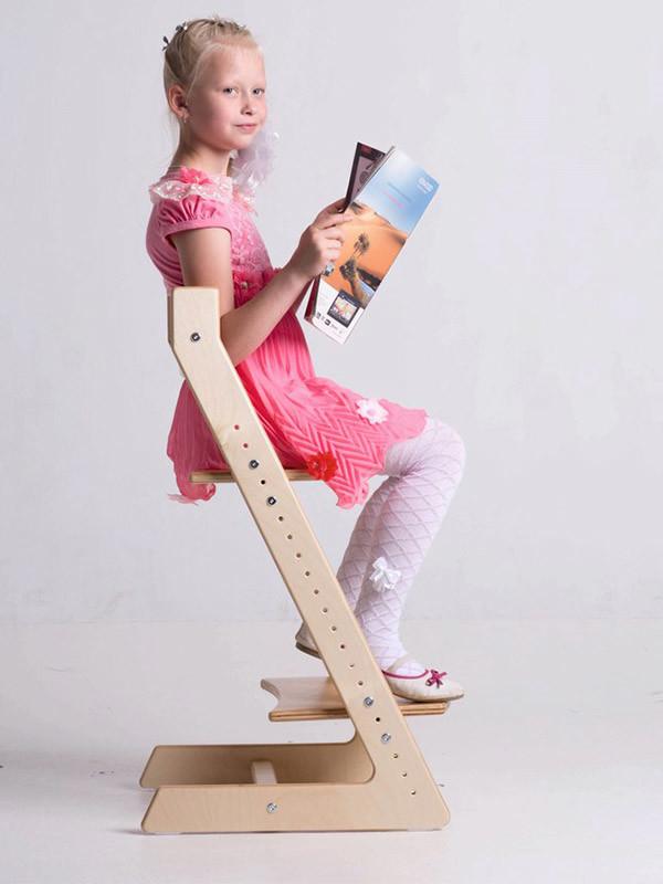 девочка читает журнал на стульчике Кенгуру Лайт
