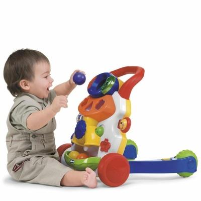 малыш играет с каталкой-ходунками Chicco