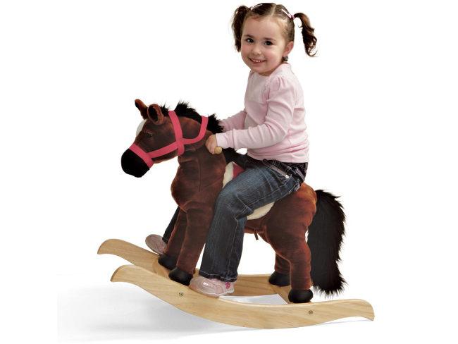 девочка на лошади-качалке