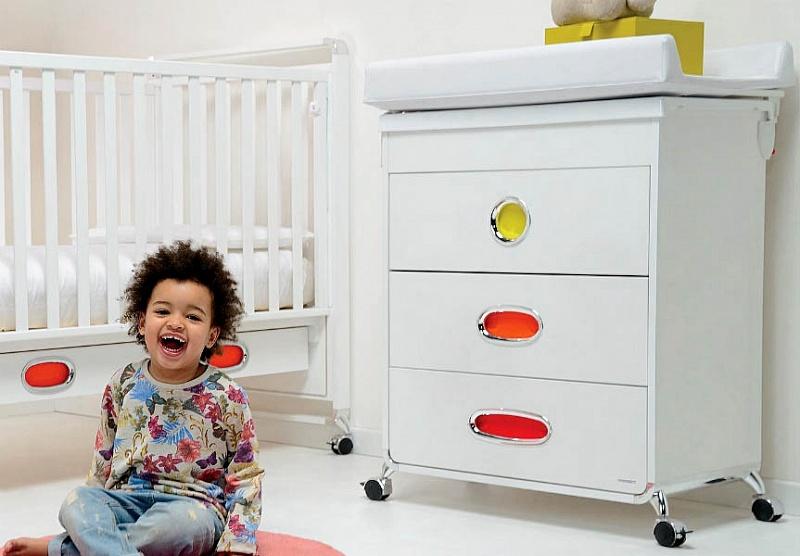 ребёнок в детской комнате