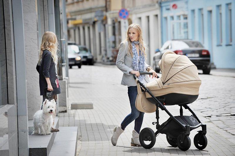 мама гуляет с детьми