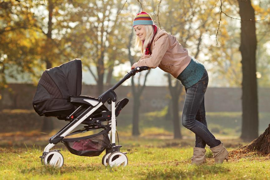 мама гуляет с ребёнком в коляске-трансформере