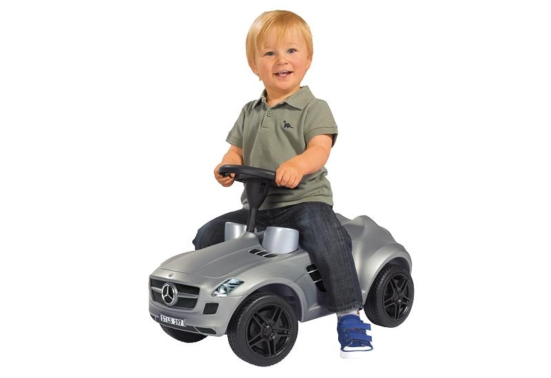 мальчик на машинке-каталке