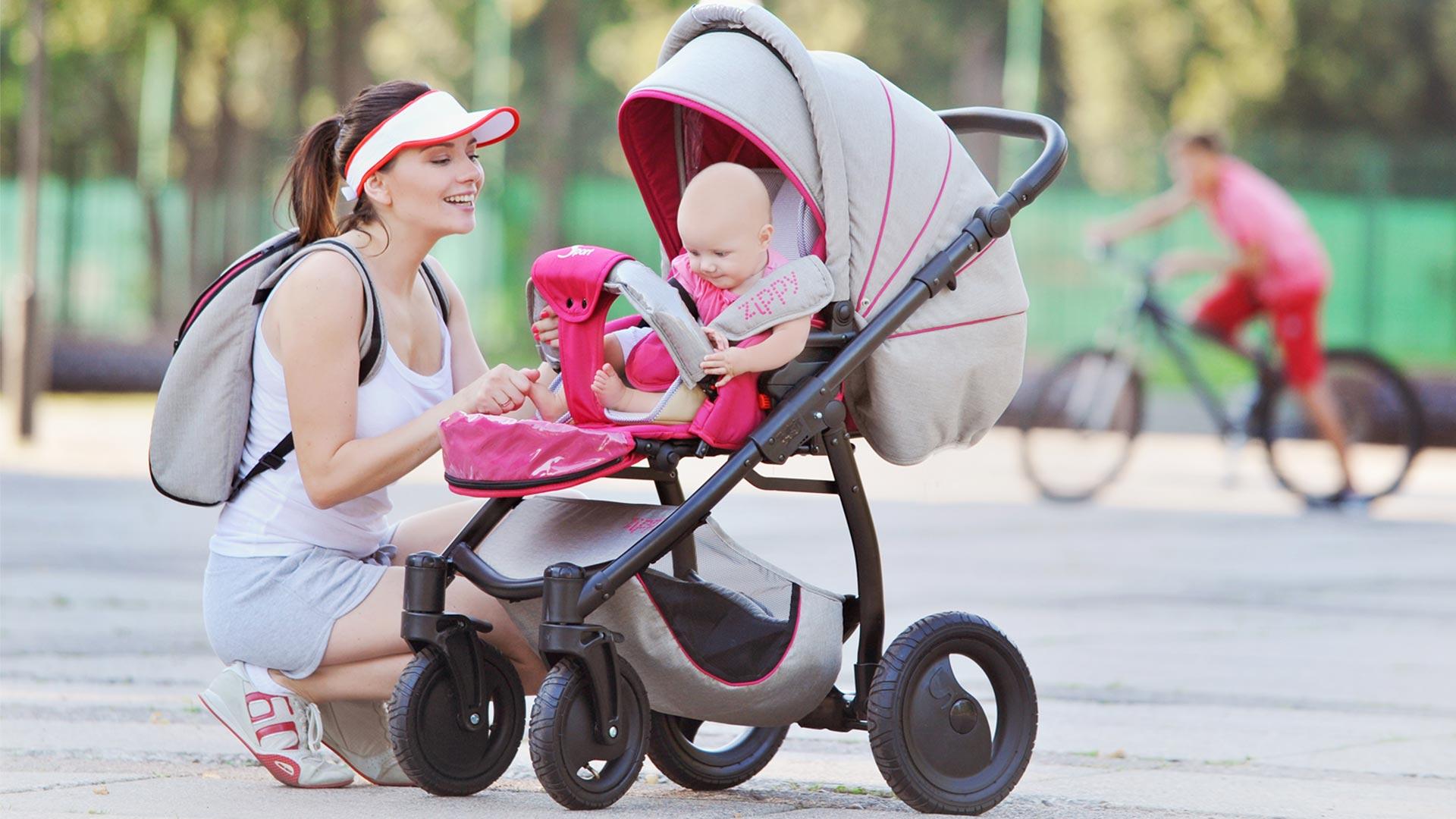 мама с ребёнком в коляске 2 в 1