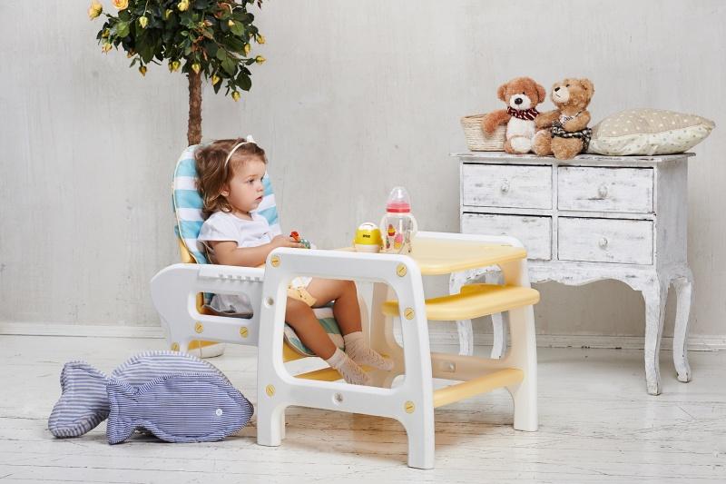 девочка в стульчике-трансформере