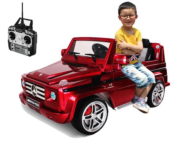 маленький мальчик в электромобиле