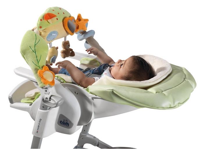 малыш в стульчике для кормления