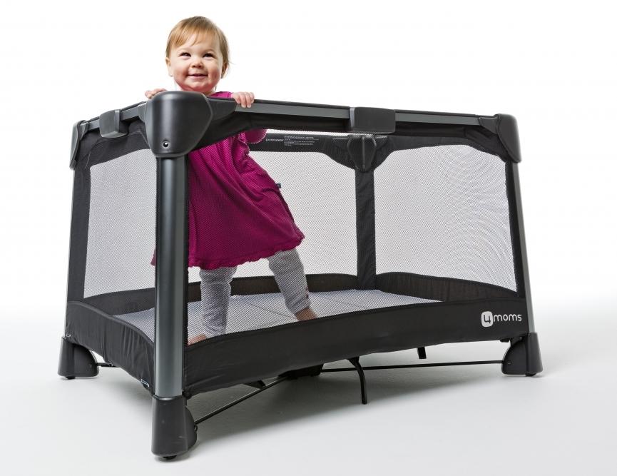 ребёнок в манеже-кровати