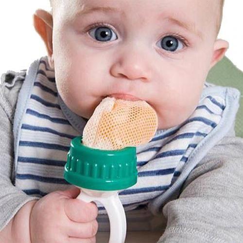 ребёнок кушает при помощи ниблера