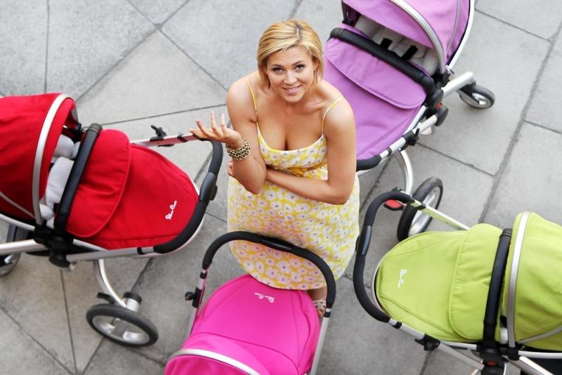 мама выбирает прогулочную коляску