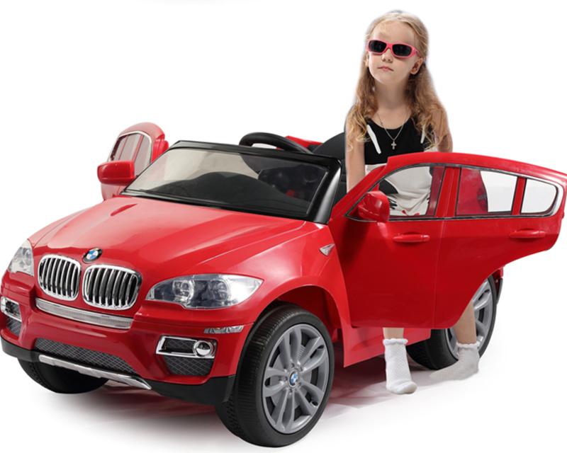 девочка рядом с электромобилем